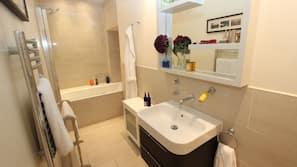 Hårtork, handdukar, schampo och toalettpapper