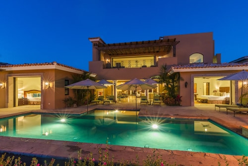 Gorgeous Modern Villa w/ Private Pool, Resort Amenities, 2 Golf Carts Included!