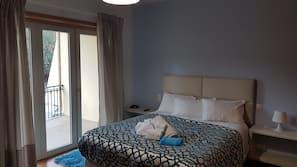 3 bedrooms, desk, cribs/infant beds, travel crib