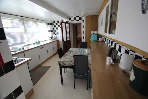 Ground Floor Holiday Apartment 2. Sleeps Three, Close to Beach & Town Centre