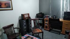 Una televisión, un reproductor de DVD, libros, una biblioteca de música