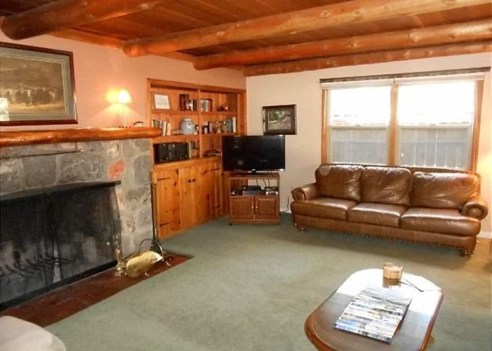 Living Room, V52-across The Street From The Lake! Close To Public Beaches, Bike Trails