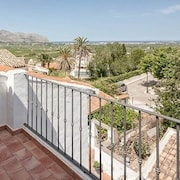 Casa Concordia - Exquisite Spanish Townhouse in Center of Village