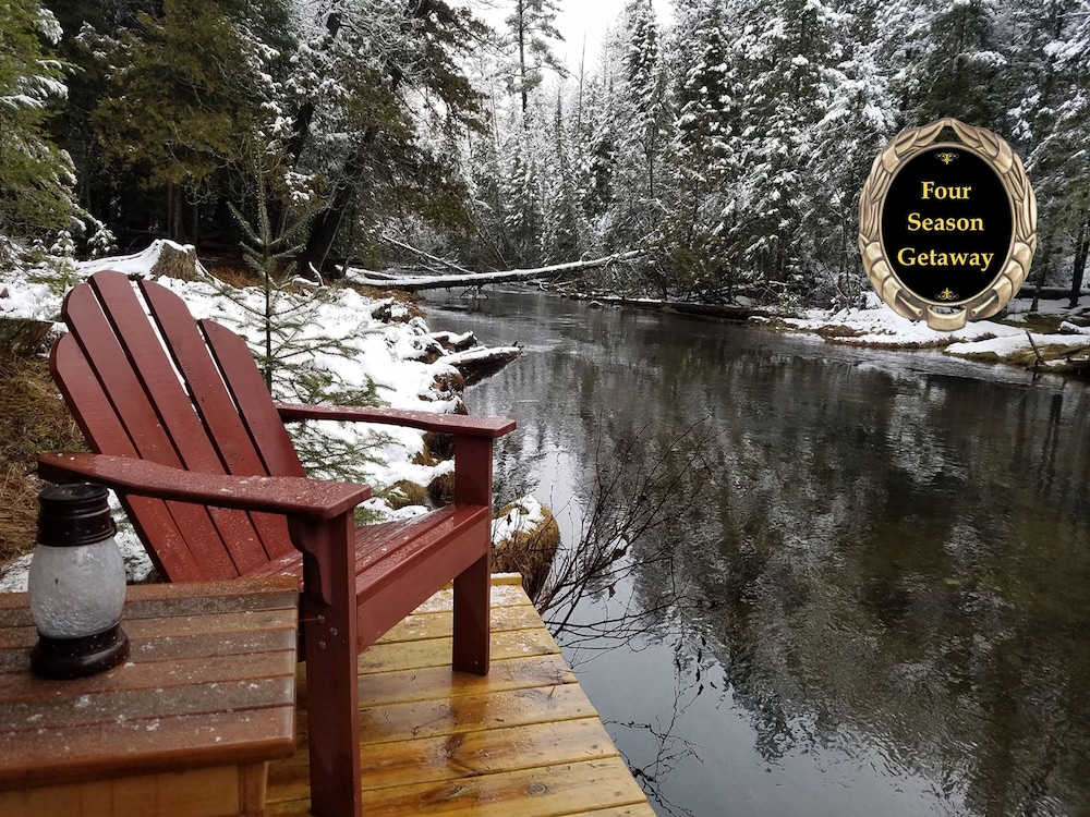Luxury Riverfront Log Cabin - Simply Magical - Romantic Getaway in
