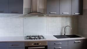 Frigorífico, microondas, placa de cocina y hervidor eléctrico