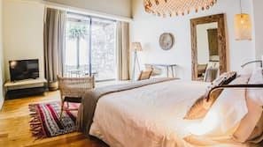 Safe på rommet, individuelt dekorert, skrivebord og blendingsgardiner