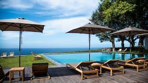 Innendørsbasseng,utendørsbasseng, bassengparasoller og solsenger