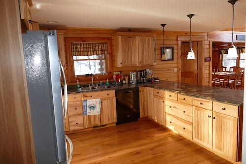 3BR Cabin in the Woods Near Deep Creek and Wisp Resort Areas
