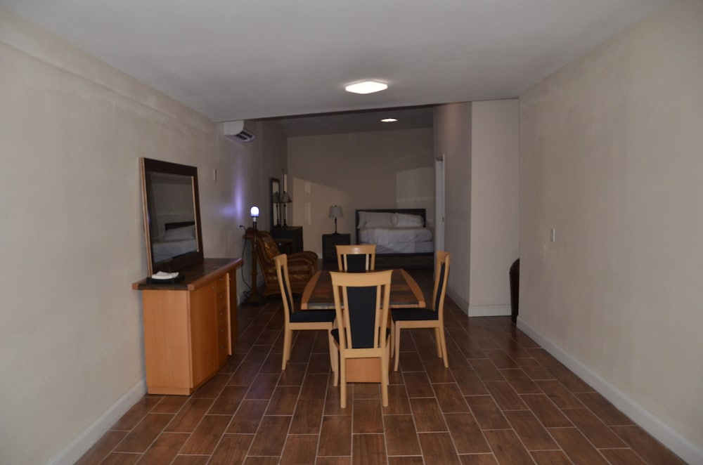 Large Annex Close To Downtown Sanford Super Clean With Beutiful Tile Floor In Orlando Hotel Rates Reviews On Orbitz