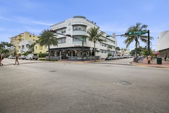2 Bedroom Deluxe Apt on Collins Ave