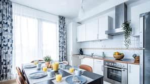 Réfrigérateur, fourneau de cuisine, grille-pain