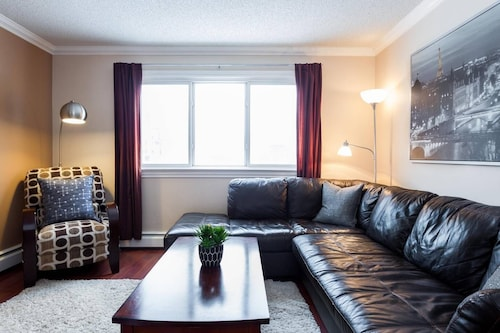 Cozy Whyte Ave Condo 5 Min to Downtown Free Parking!