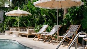 Una piscina al aire libre (de 7:00 a 22:00), sombrillas, tumbonas