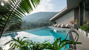 Hồ bơi ngoài trời, mở cửa từ 07:00 đến 19:00, ghế dài tắm nắng