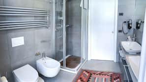 Shower, free toiletries, hair dryer, bidet