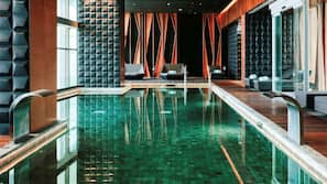 Una piscina cubierta (de 11:00 a 20:00), tumbonas