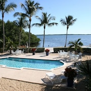 Escape to Paradise! Oceanfront, Private Sandy Beach, Heated Swimming Pool