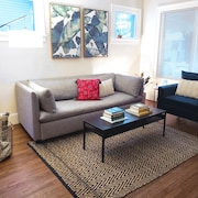 Space for 6, Pet and Family Friendly, Gorgeous Space in Downtown Royal Oak!