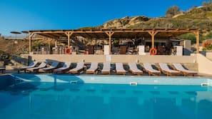 Sesongbasert utendørsbasseng, bassengparasoller og solsenger