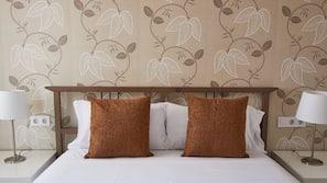 4 dormitorios y tabla de planchar con plancha
