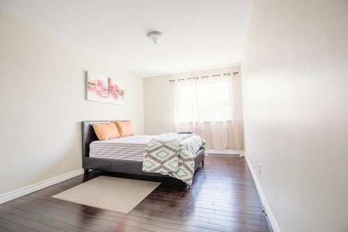 Private & Comfy 2 Bedroom Near Downtown