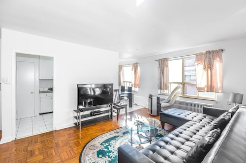Magnificent Condo at Leaside - 10 Mins to Downtown