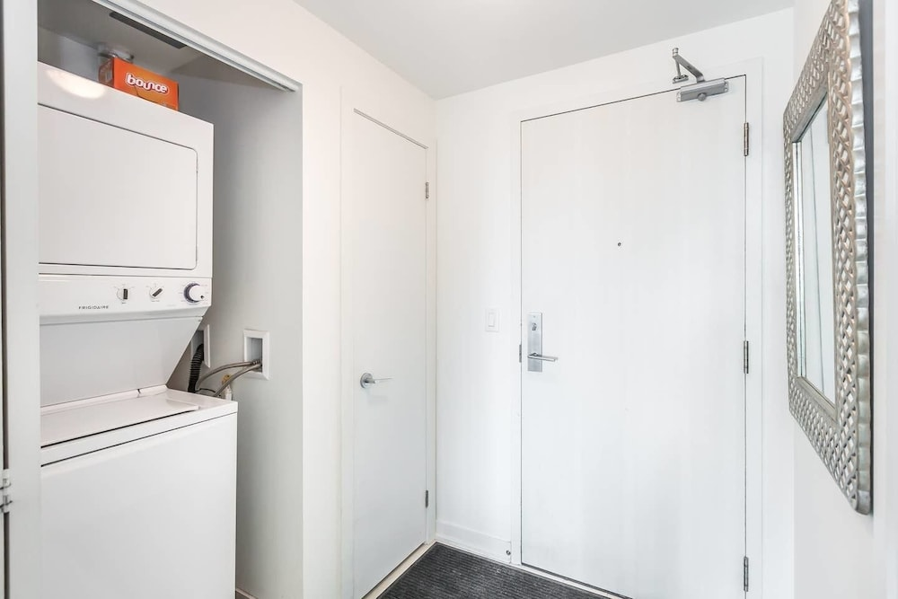 Downtown Condo Near Exhibition Place With Balcony Toronto