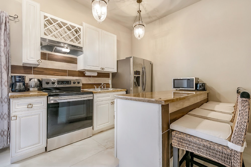 Private Kitchen, 2BD Spacious condo Steps from ST Charles