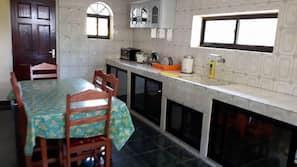 Geladeira, micro-ondas, fogão, talheres/pratos/utensílios de cozinha