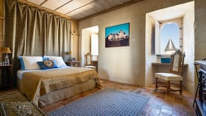 高級寢具、保險箱、設計每間自成一格、家具佈置各有特色