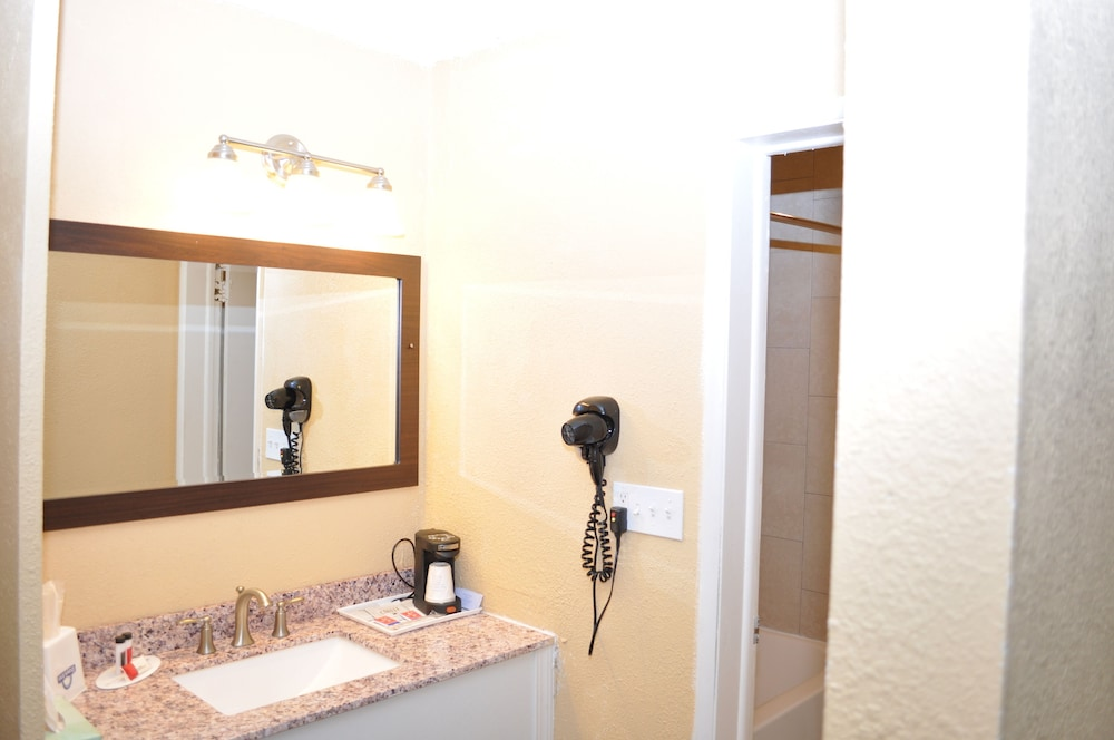 Bathroom, Evergreen Hotel & Suites