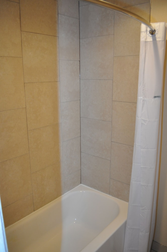 Bathroom Shower, Evergreen Hotel & Suites