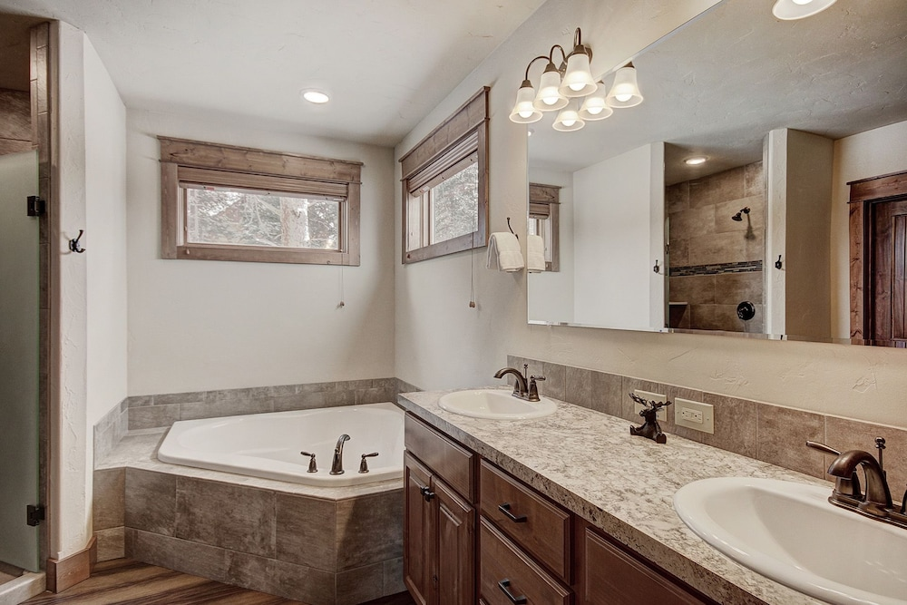 Bathroom, Keystone Resort Lodge 661, Heated Garage, Private Laundry, 5 Bedroom by Summitcove Lodging