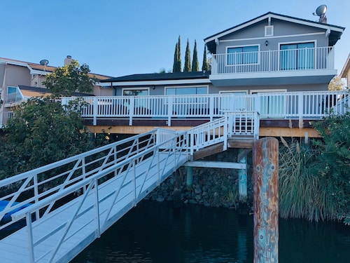 Newly Remodeled Water Front Home W/private Dock Just Minutes From Fast Water