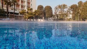 2 piscine coperte, piscina stagionale all'aperto, ombrelloni da piscina