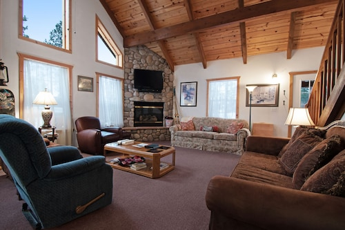 Cozy Cabin in a Private Location w/ a gas Fireplace, Furnished Deck, gas Grill
