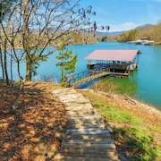 Lakefront, Private Dock, Views! Lakeside Firepit, Fishing & Boating Paradise