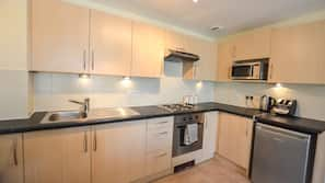 Microwave, oven, hob, cookware/dishes/utensils