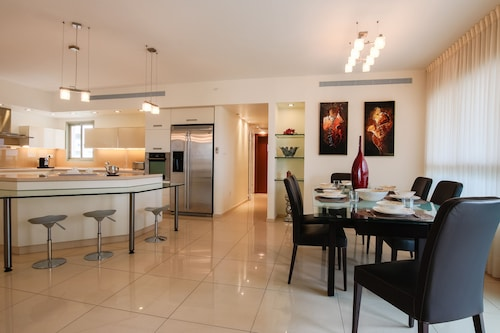 Luxury Family Getaway in Ramat Aviv