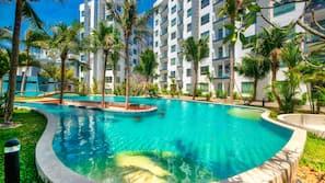 室内游泳池,2 室外游泳池,池畔遮阳伞,日光浴躺椅