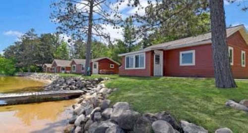 Beautiful Lakeside 2 Bedroom Resort Cabin on Private Lake