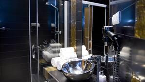 Suihku, hiustenkuivaaja, pyyhkeet