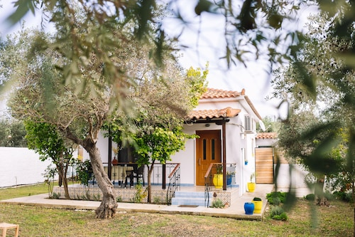 Eleni's Cottage! Close to the Beach & Amenities, Ideal Spot to Explore Skiathos!