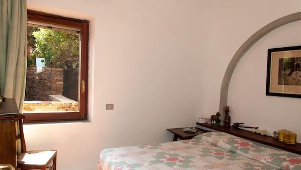 5 dormitorios, tabla de planchar con plancha, cunas o camas infantiles