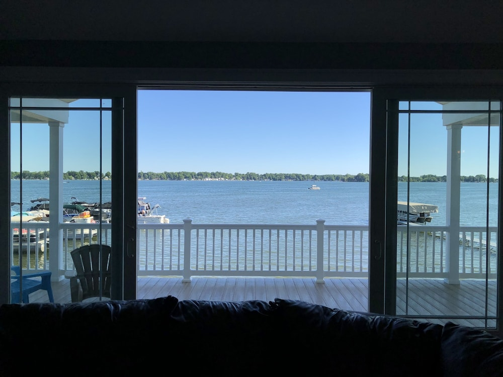 , Brand New!!! Crystal Lake Condo - Sleeps 8!