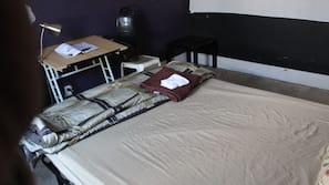 Mobiliario individual, escritorio, wifi gratis y ropa de cama