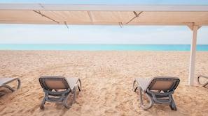 Plage privée à proximité, sable blanc, chaises longues, parasols