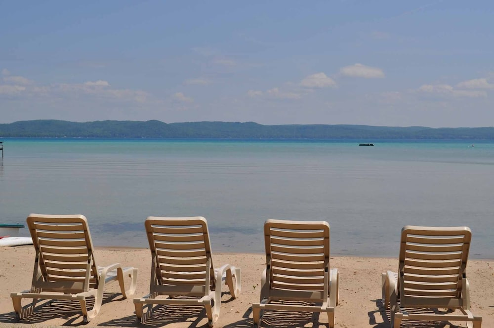 Beach, Peaceful villa on the sugar sand shores of Big Glen Lake!