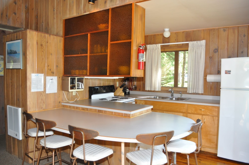 Private Kitchen, Peaceful villa on the sugar sand shores of Big Glen Lake!
