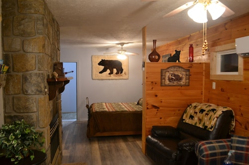NEW 2 Bedroom Romantic Hideaway - Pet Friendly - Minutes From Everything!